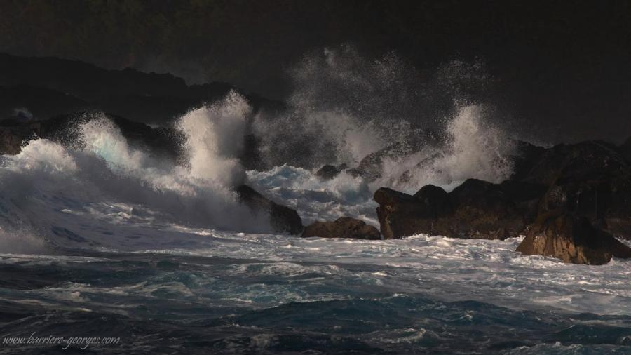 La vague est une danse éphémère sur l'océan de l'éternité (André Baechler)
